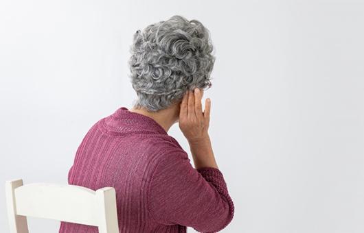 補聴器の相談を受けるスタッフ